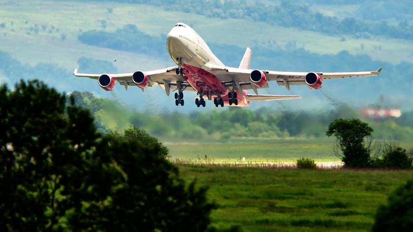Boeing 747-400 EI-XLJ на Rossiya Airlines на летището във Владивосток