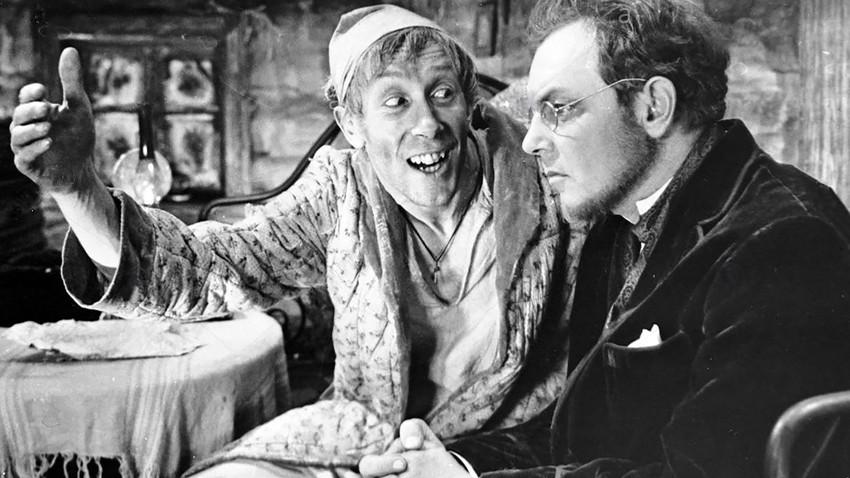 Prizor iz filma Bratje Karamazovi; na desni Kirill Lavrov kot Ivan, ob njem pa Valentin Nikulin kot Smerdjakov.