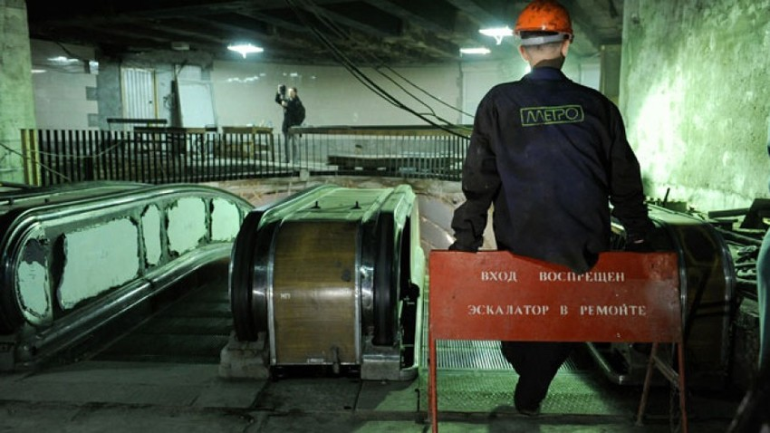 Nekateri amaterski raziskovalci so prepričani, da se »slepa linija« od postaje Sportivnaja konča kmalu za masivnimi vrati, ki naj bi predstavljala enega od vhodov v 'Metro-2'.