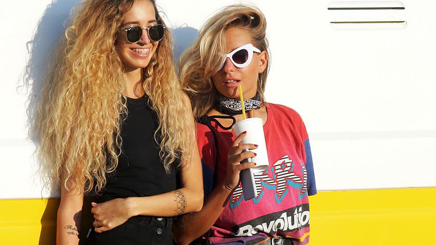 Девушки на фестивале уличного искусства и культуры  Faces&Laces в Парке им.Горького в Москве.