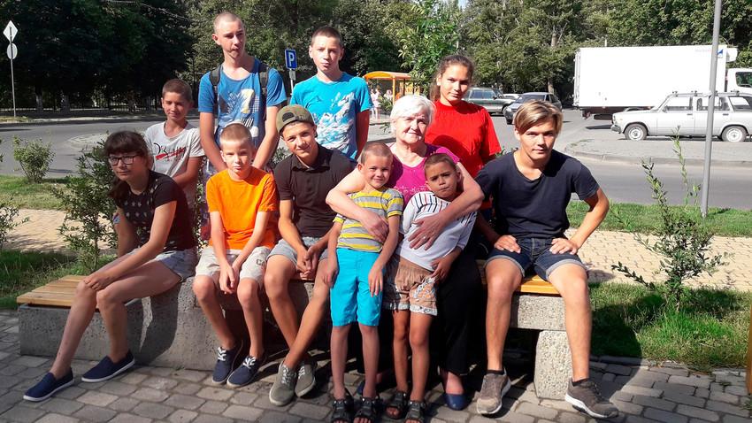 Tatjana mit einigen von ihren Kindern (Juni 2018)
