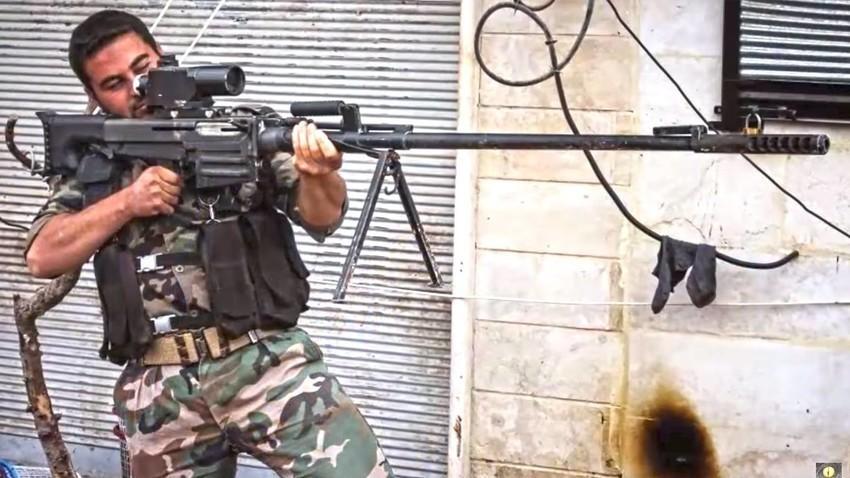 Fotografija vojaka z rusko težko ostrostrelsko puško OSV-96 oziroma Vlomilcem v Siriji