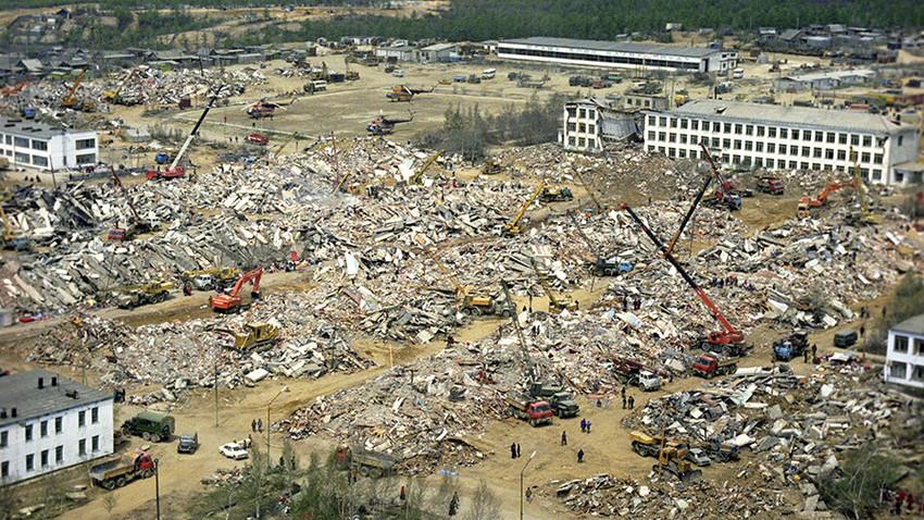 Mesto Neftegorsk je bilo v potresu popolnoma uničeno.