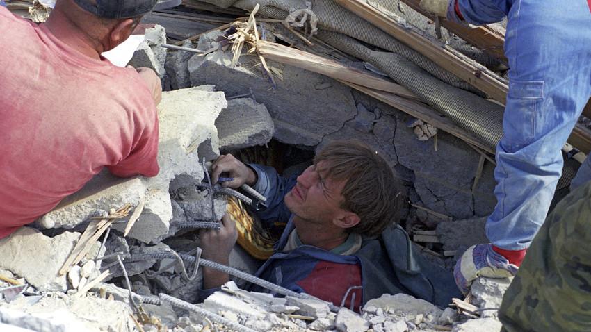 Спасилачка операција у Нефтегорску после земљотреса 27. маја 1995. године.