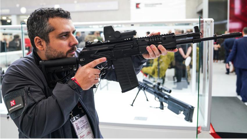 Obiskovalec sejma Armija-2018 v rokah drži AK-308.
