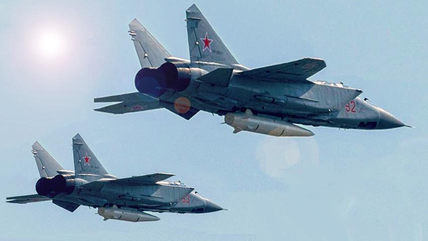 """Изтребители-прехващачи МиГ-31K л, въоръжени с хиперзвуковите ракети """"Кинжал"""""""