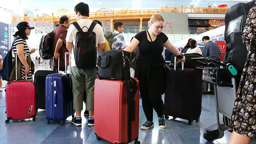 東京の羽田空港の国際ターミナルが観光客で賑わっている。