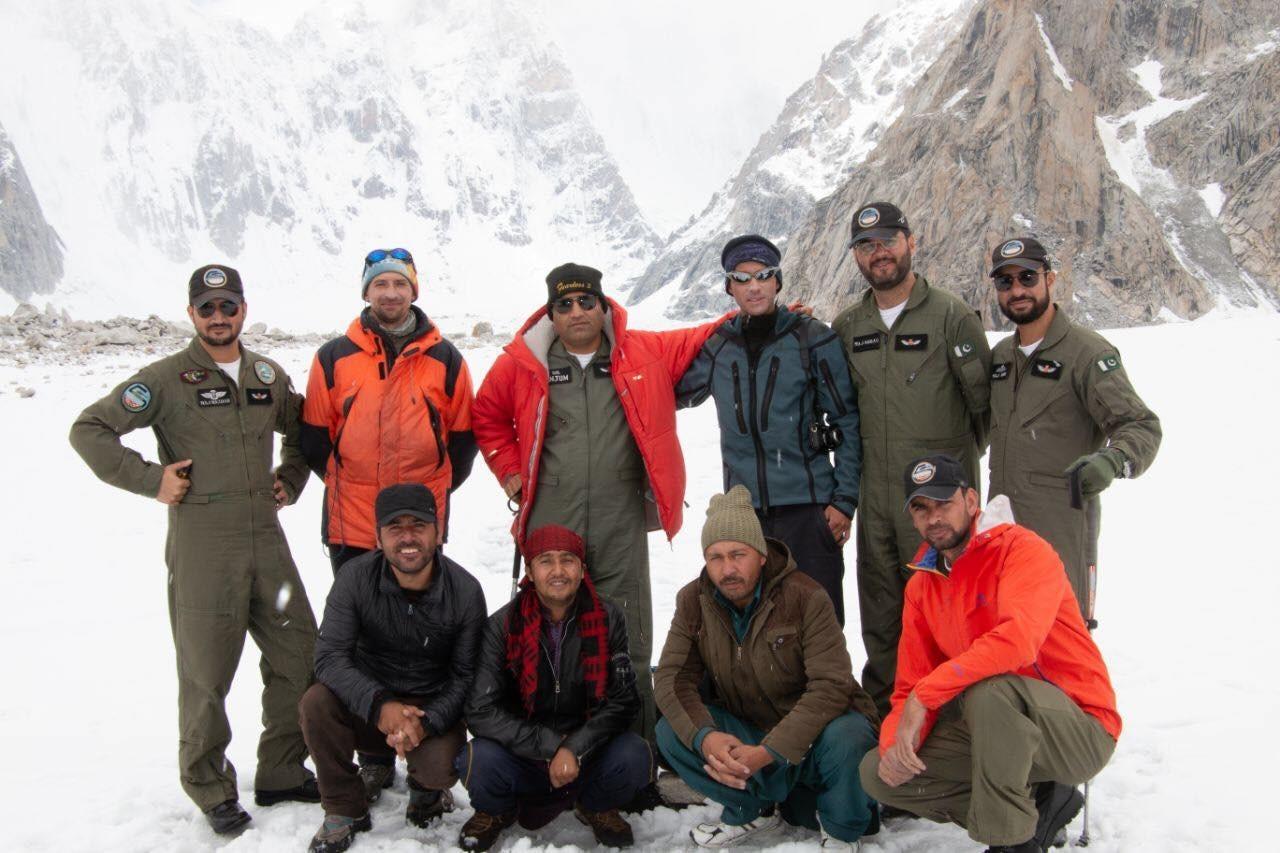 Пакистанските пилоти и спасители, притекли се на помощ на Гуков.