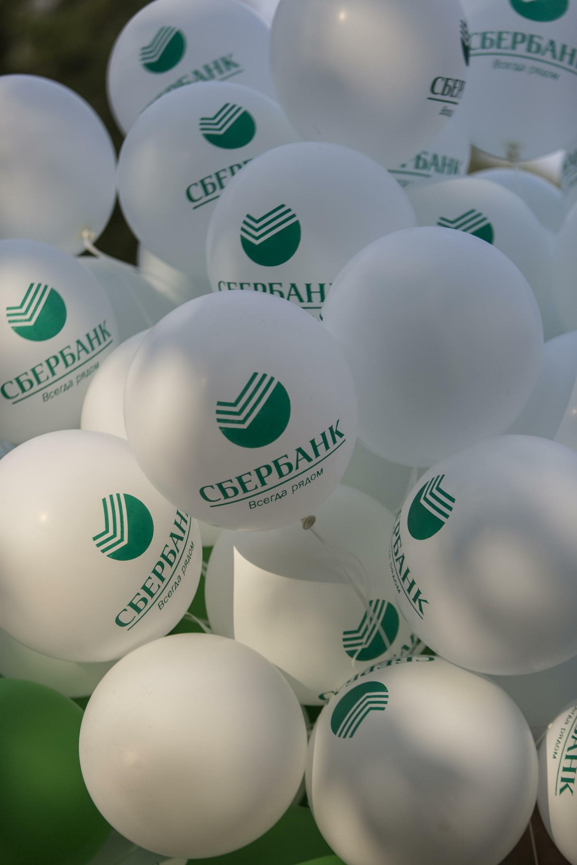 Baloni z ruskim logotipom in sloganom