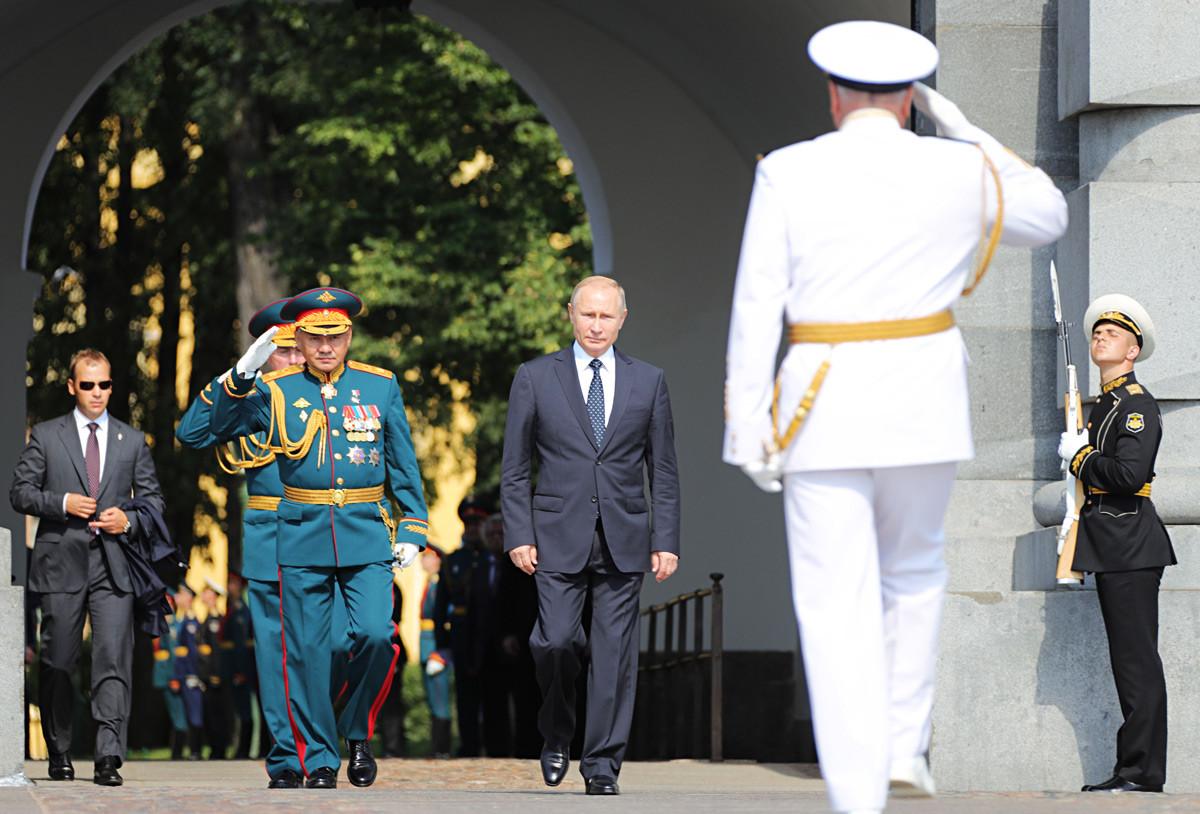 ウラジーミル・プーチン大統領とセルゲイ・ショイグ国防相が海軍記念日の日にサンクトペテルブルグのペトロパヴロフスク要塞を訪問。