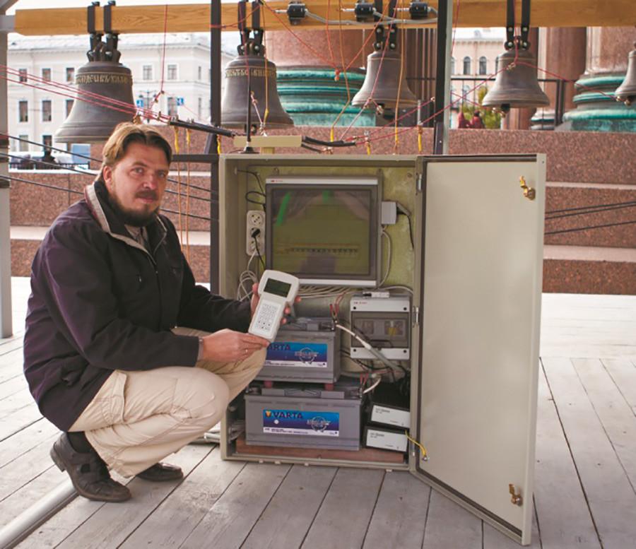 Andrej Djačkov sa sustavom elektroničkog zvonara. Katedrala sv. Izaka u Sankt-Peterburgu.