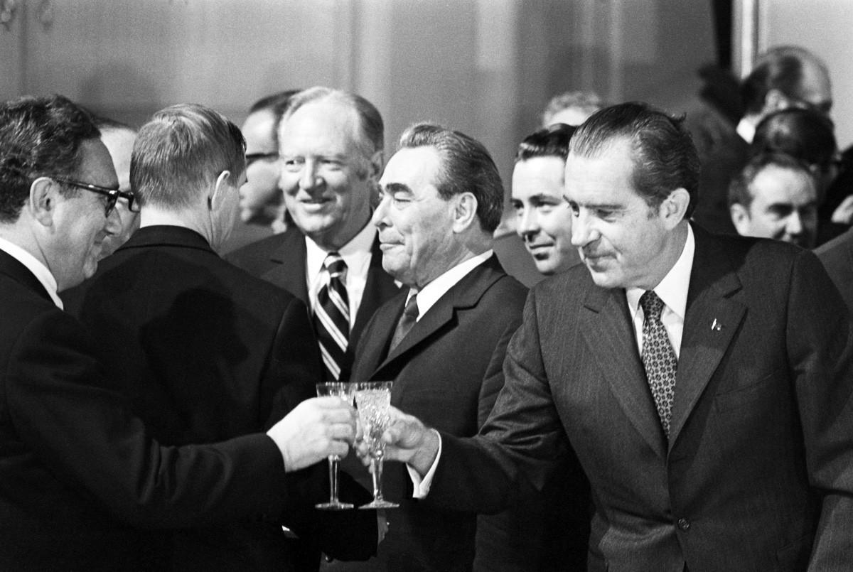 Американският президент Никсън вдига наздравица с Хенри Кисинджър в Москва през 1972 година. На фона между тях е Леонид Брежнев.