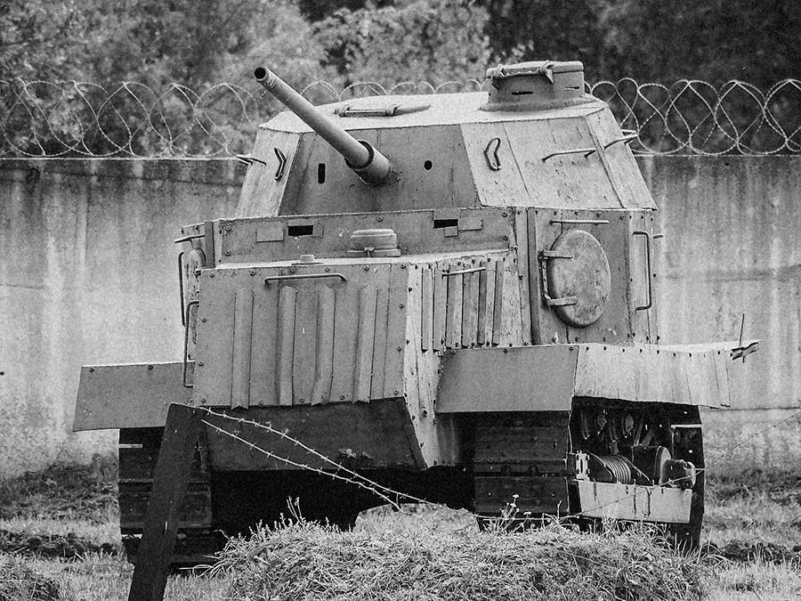 Replika improviziranega traktorskega tanka NI-1 -