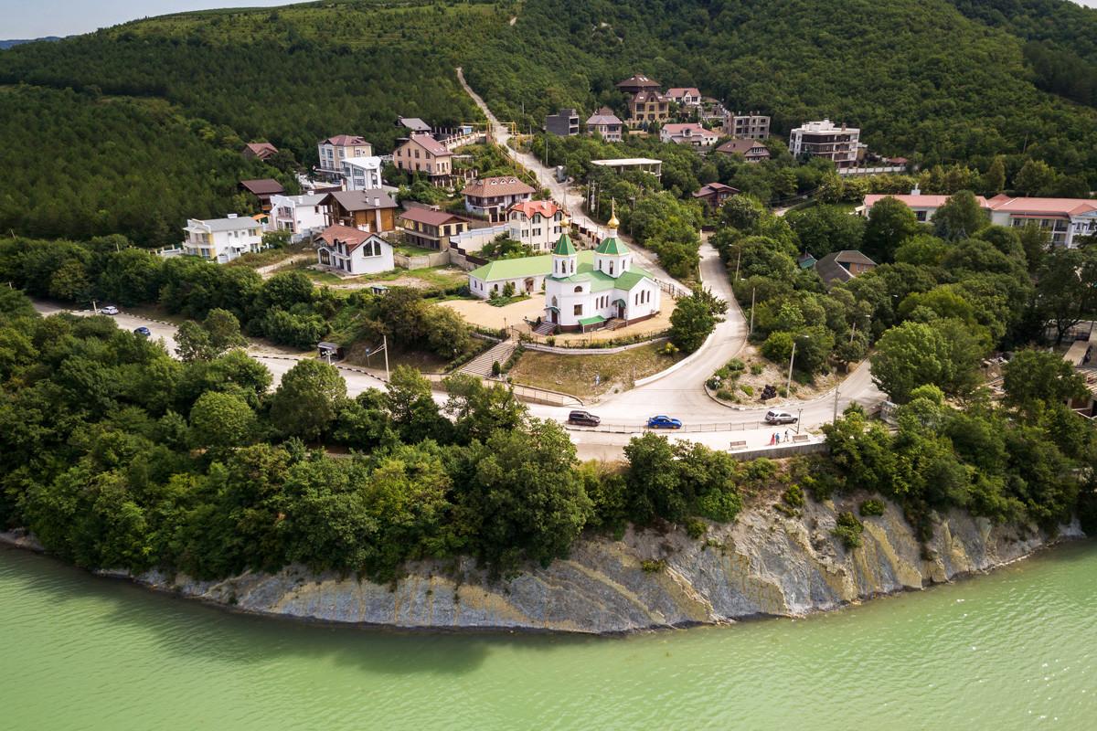 アブラウ・デュルソ村、アブラウ・デュルソ湖の岸にある聖クセニヤ・ペテルブルクスカヤ教会