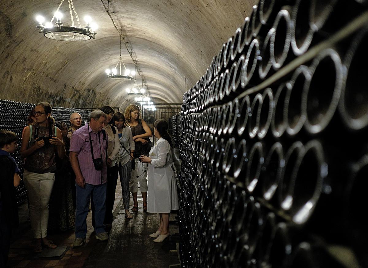 ロシアのワイン・ハウス、アブラウ・デュルソのワイン・ツーリズムセンターの観光者。クラスノダール地方。