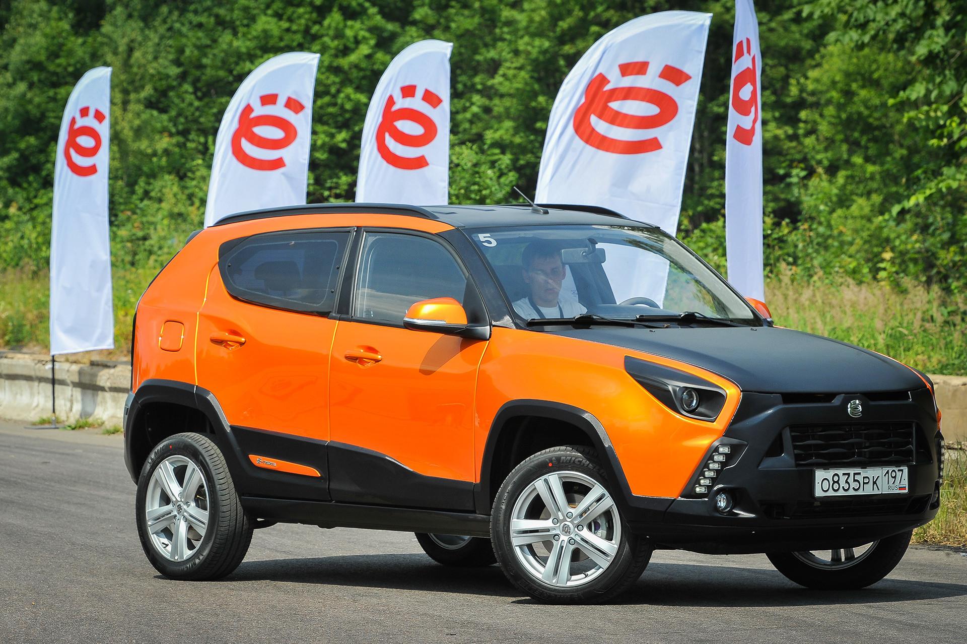 Črka ё kraljuje celo v imenu ambicioznega projekta hibridnega avtomobila Ё-mobil (Jo-mobil). Ta avtomobil so izdelali okrog leta 2010, projektu pa so se zaradi neuspešne prodaje štiri leta kasneje odpovedali.
