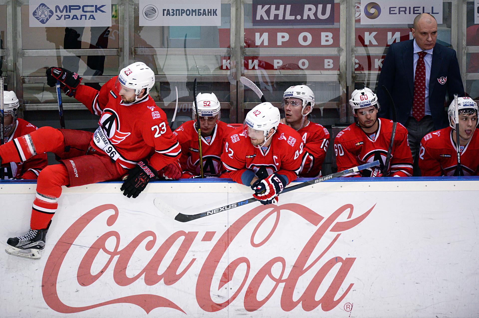 Coca Cola, yang dikenal karena dukungannya terhadap acara olahraga, adalah mitra dari Liga Hoki Kontinental (KHL) yang berkantor pusat di Moskow. Menjadi minuman resmi dari KHL memicu dorongan ekstra untuk citranya di negara tersebut.