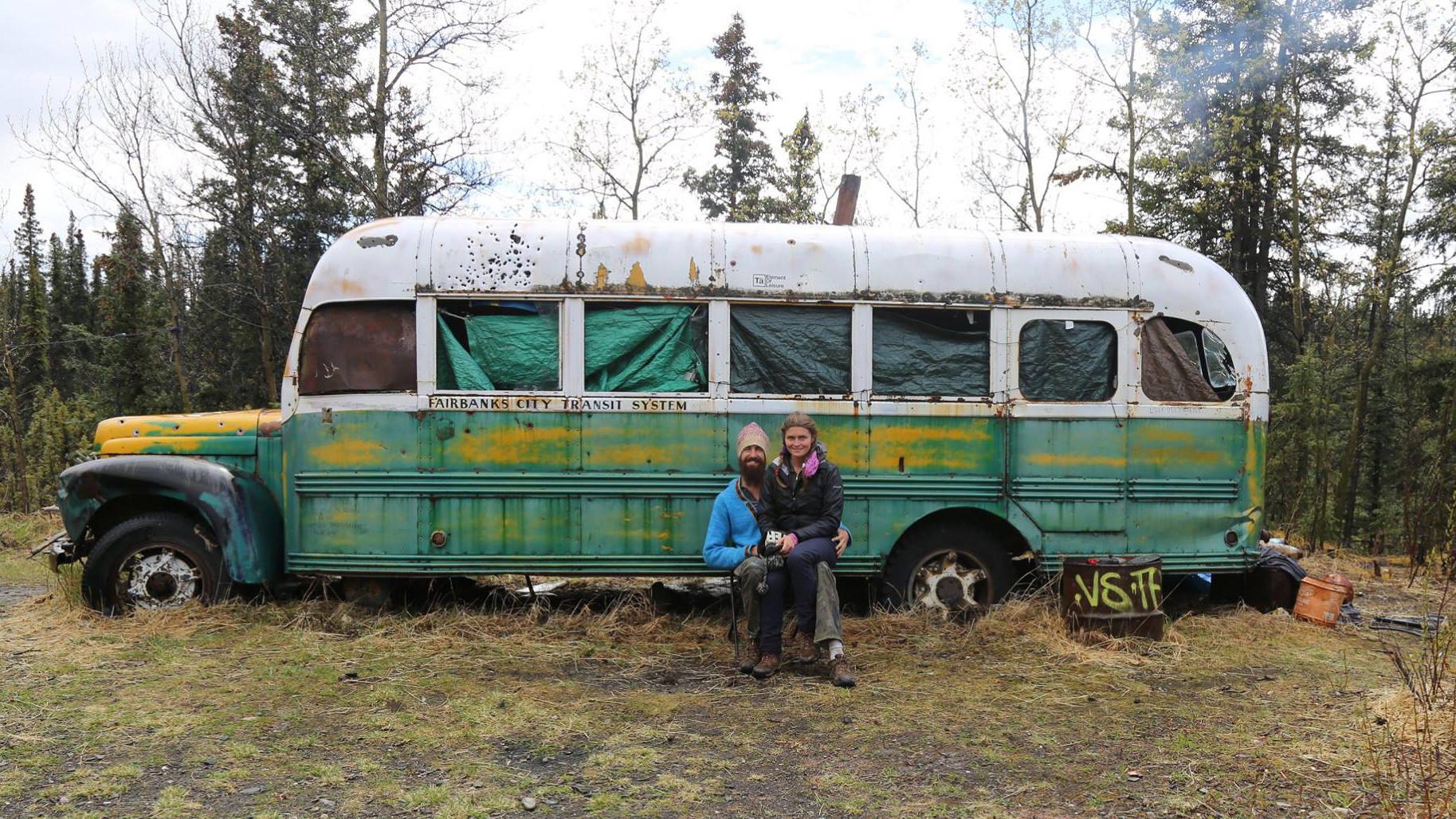 Franco y Olga cerca de un autobús abandonado en Stampede Trail (Alaska), donde murió el senderista estadounidense Christopher McCandless. Se hizo famoso gracias al libro de Jon Krakauer sobre su vida, 'Into the Wild', que inspiró en 2007 la película homónima dirigida por Sean Penn.