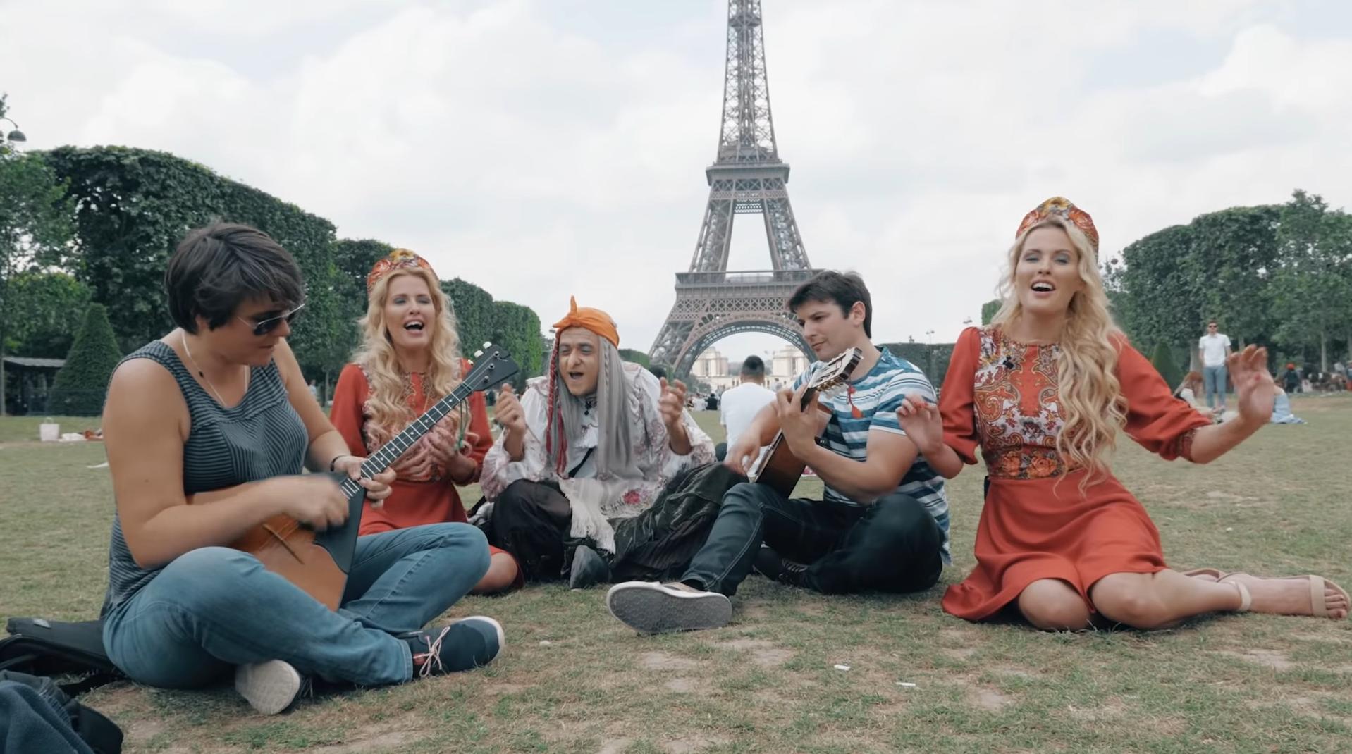 Baba Yaga et ses deux petites-filles au pied de la tour Eiffel.