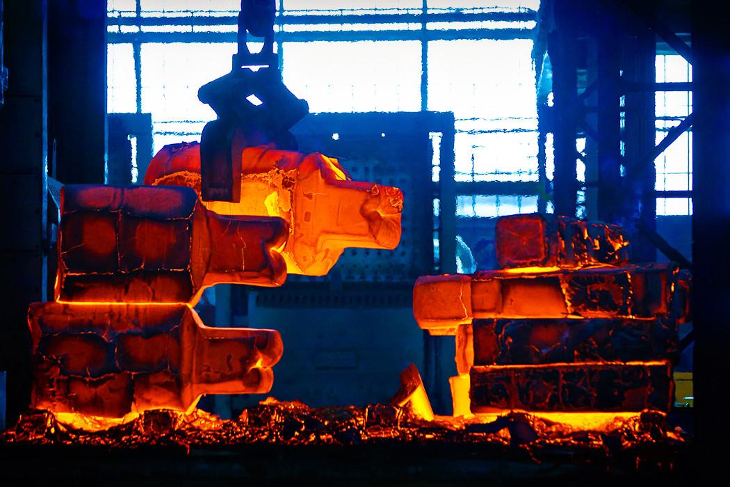 SIJ Metal Ravne, kovačnica, transport ingota na stiskalnico