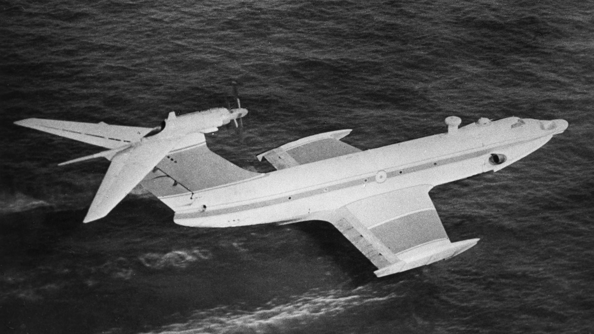 """Советскиoт екраноплан """"Орлёнок"""". Можеше да полета и се приземји дури и за време на голема бура."""