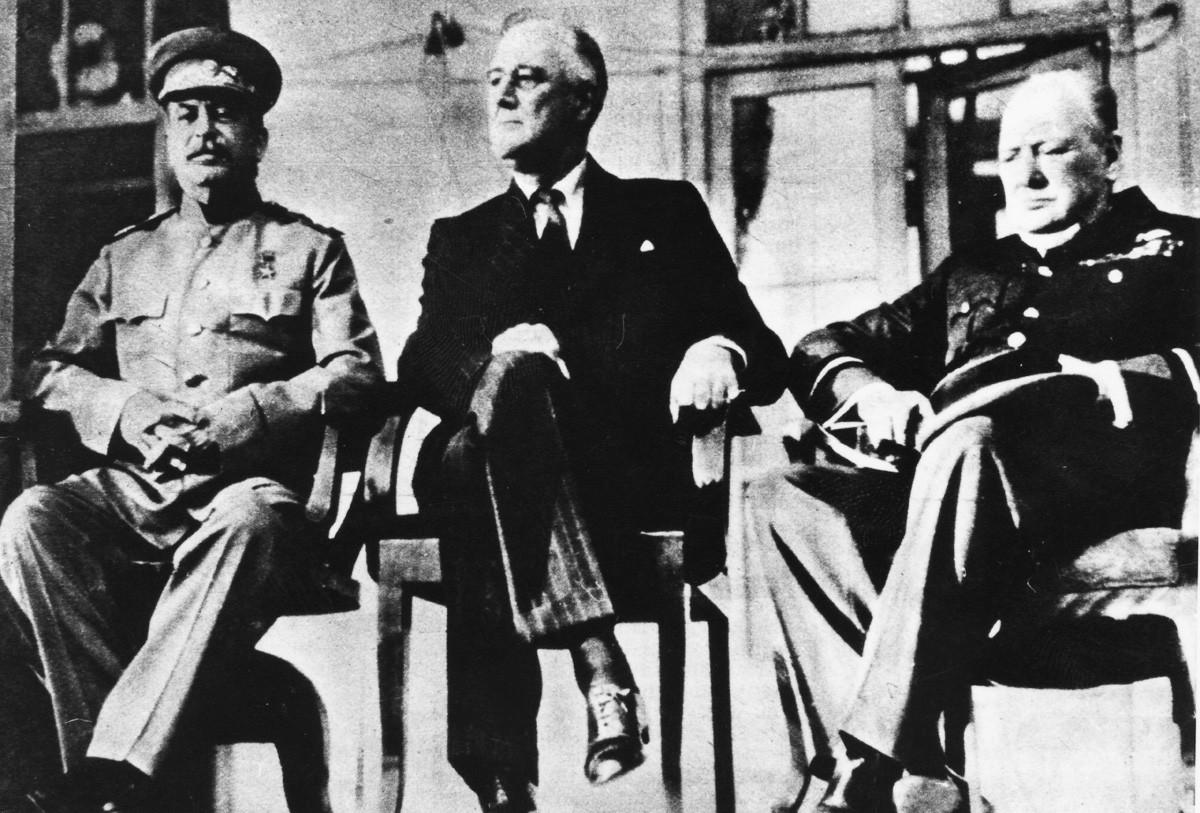 Les chefs d'État soviétique, américain et britannique Joseph Staline, Franklin Roosevelt et Winston Churchill (de gauche à droite) lors de la conférence de Téhéran, en novembre 1943.