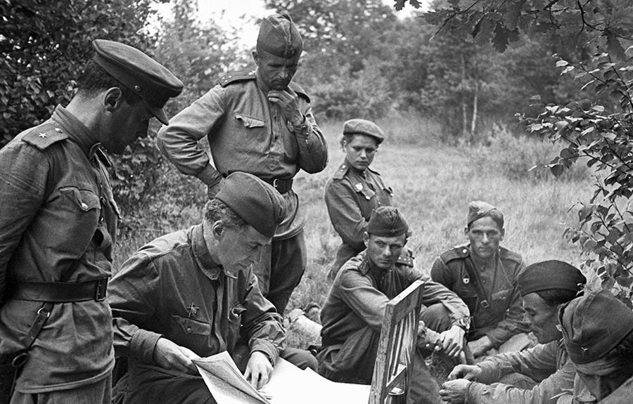Iliá Ehrenburg (centro) na frente de batalha durante a Grande Guerra Patriótica, como é conhecida a participação russa na Segunda Guerra Mundial.