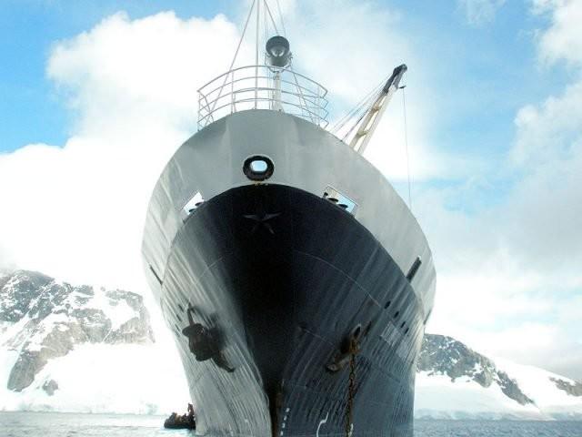 Temno modro sovjetsko ladjo spredaj krasi rdeča zvezda