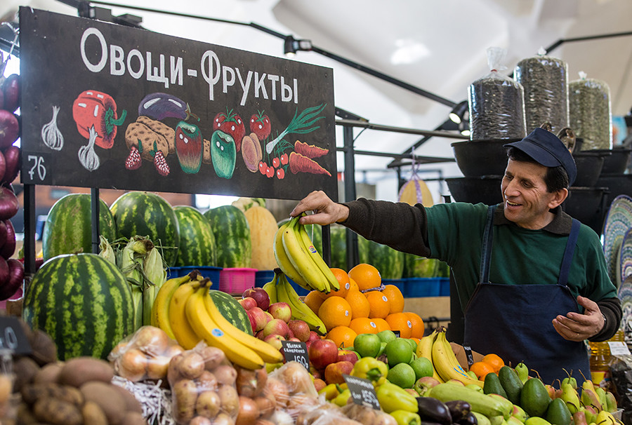 Seorang pria menjual buah-buahan dan sayur-sayuran di Pasar Danilovsky, Mytnaya ulitsa No. 74, Moskow.