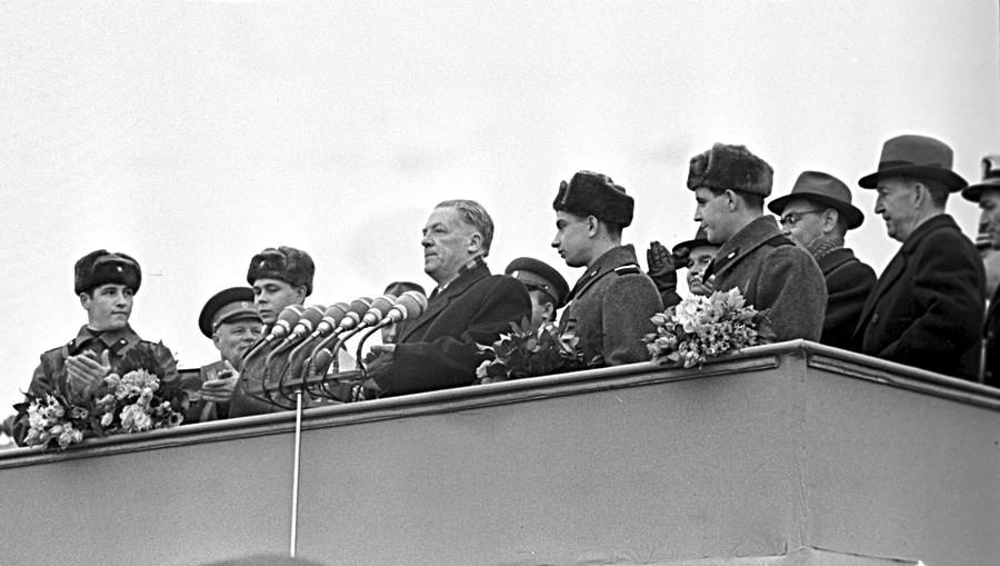 Predsednik Izvršnega komiteja Moskovskega mestnega sovjeta Nikolaj Bobrovnikov (v sredini) pozdravlja