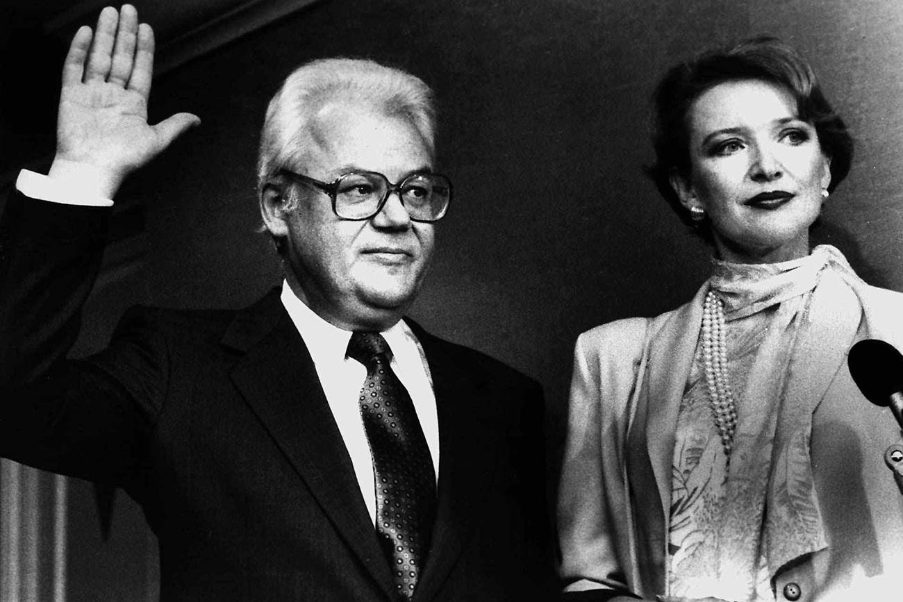 Arkádi Chevtchenko, o diplomata soviético que buscou asilo nos EUA, faz juramento para receber cidadania norte-americana em Washington em 28 de fevereiro de 1986.