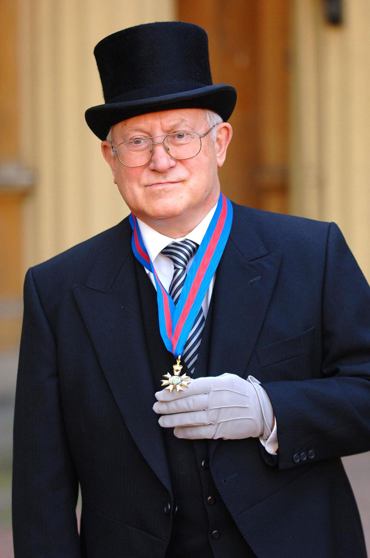 Oleg Gordievsky posa para foto após receber Ordem de Saint Michael e Saint George da rainha Elizabeth no palácio de Buckingham, em outubro de 2007.