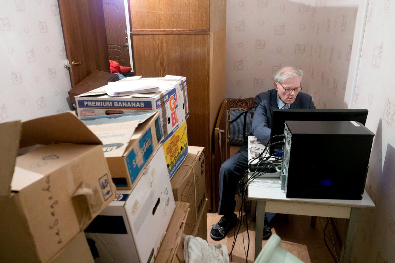Não há onde sentar, já que todo seu apartamento estilo estúdio está cheio de caixas com restos - inclusive a cama. Não se sabe onde Aleksandr dorme ou come, porque na cozinha não há nenhum espaço vazio.