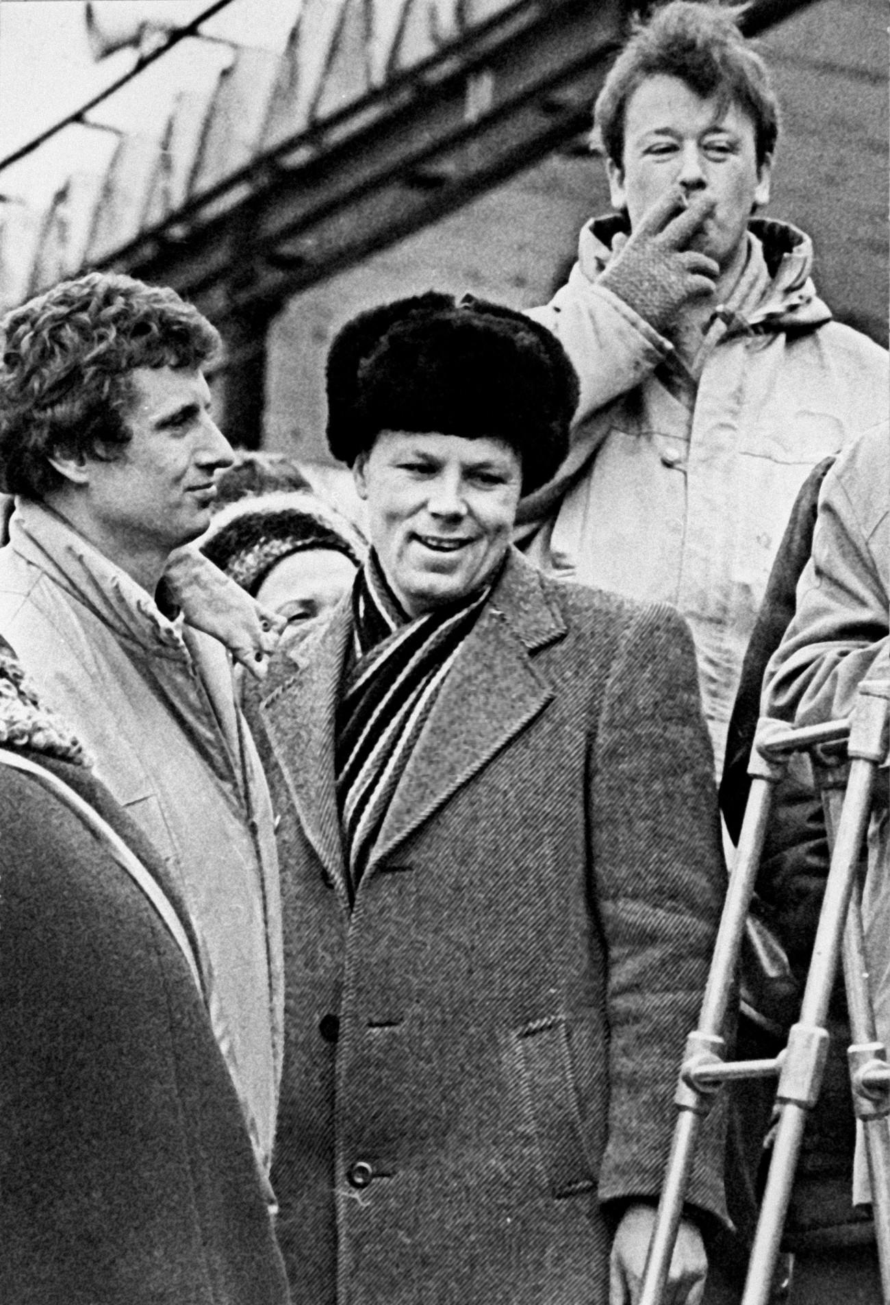 Aleksandr Chmonov (centro) durante campanha eleitoral em Kolpino, no subúrbio de Leningrado, no primeiro semestre de 1990.
