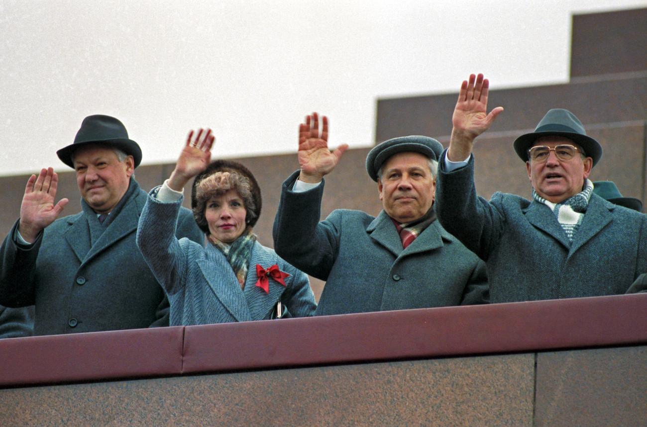 Mikhaíl Gorbatchov junto a Borís Iéltsin durante uma parada militar e demonstração dedicada ao 73° aniversário da Grande Revolução Socialista de Outubro, em 7 de novembro de 1990.