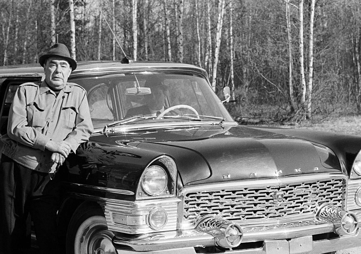 モスクワ州、ソ連。「チャイカ」というブランドの自動車のそばに立っているソビエト連邦共産党書記長、レオニード・ブレジネフ。