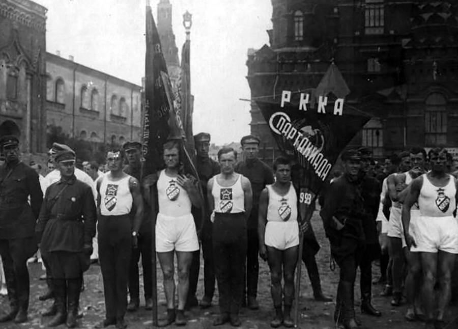 Sportler bei der Eröffnung der Spartakiade