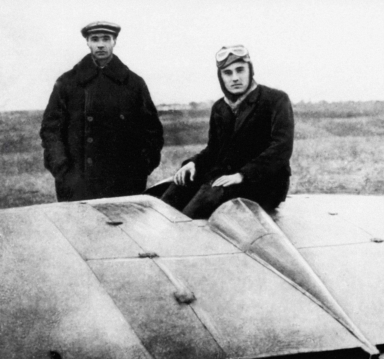 Serguéi Koroliov (a la derecha) en 1929. Era un piloto certificado.