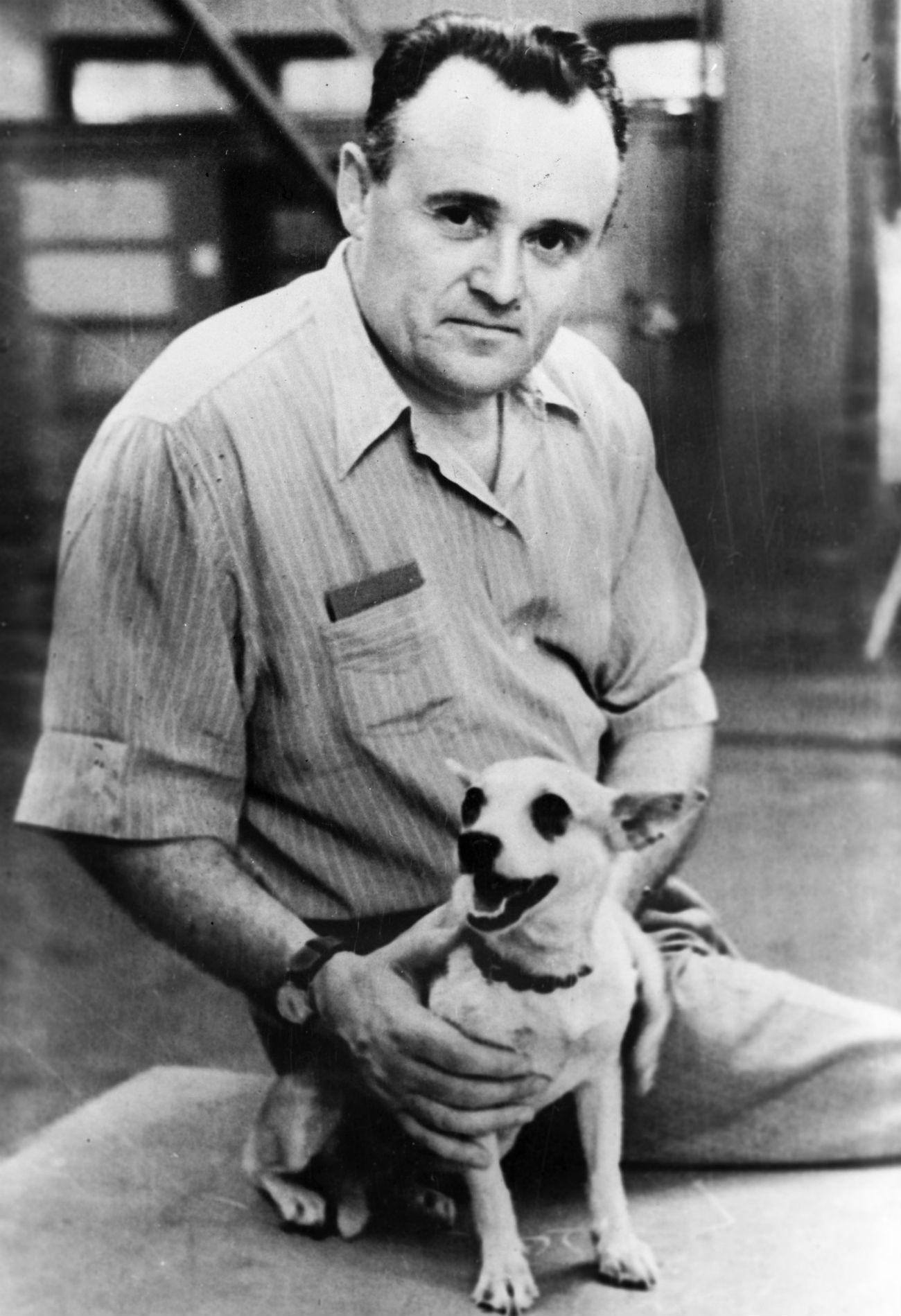 Antes del vuelo de Yuri Gagarin de 1961, la URSS había enviado numerosos perros al espacio para observar lo que ocurría a una criatura viva durante un vuelo espacial. Serguéi Koroliov junto a un perro espacial, antes de ponerlo en órbita, 1960.
