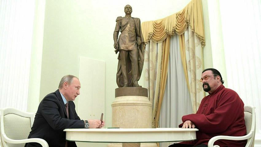 Владимир Путин и Стивен Сигал на состанок во Кремљ во 2016.