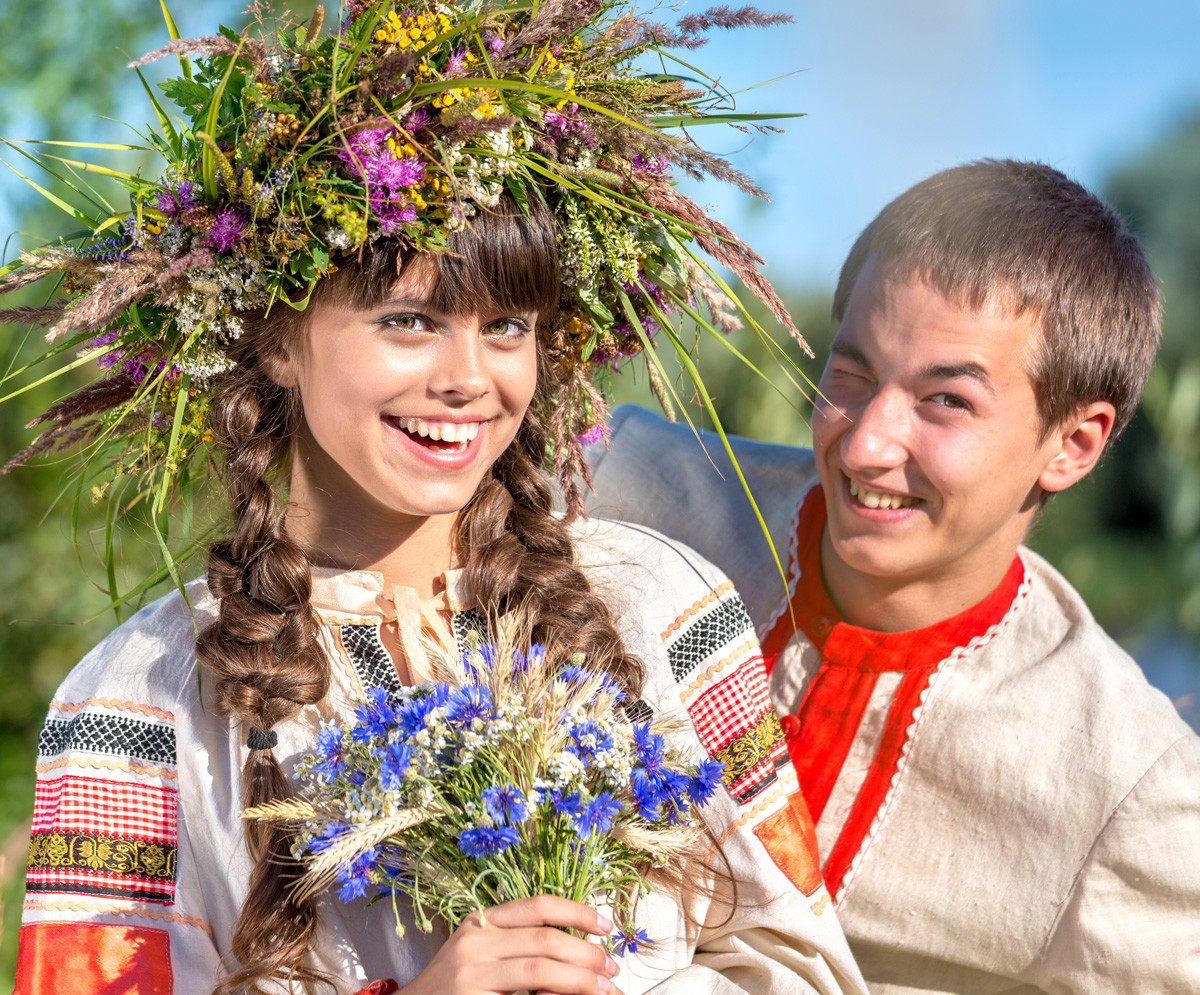 伝統的な衣装を着ているロシア人