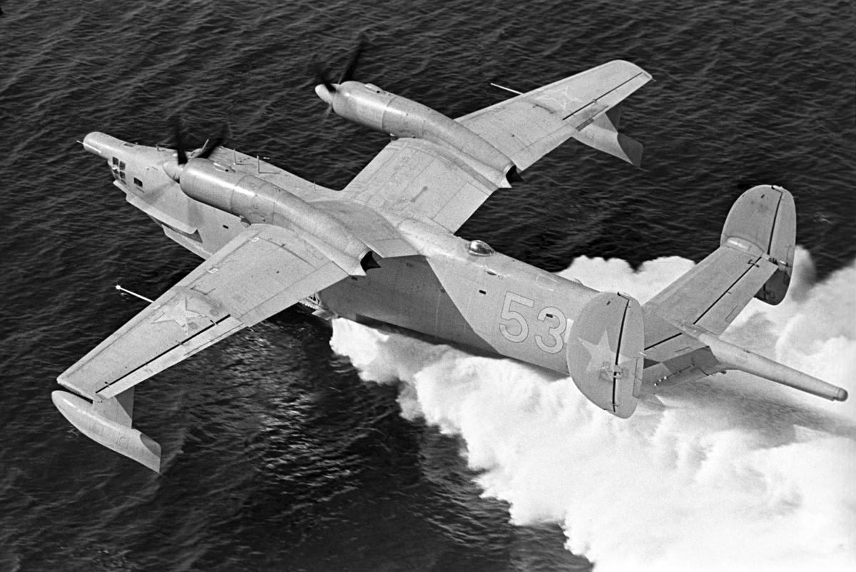 活動中のBe-12飛行艇。