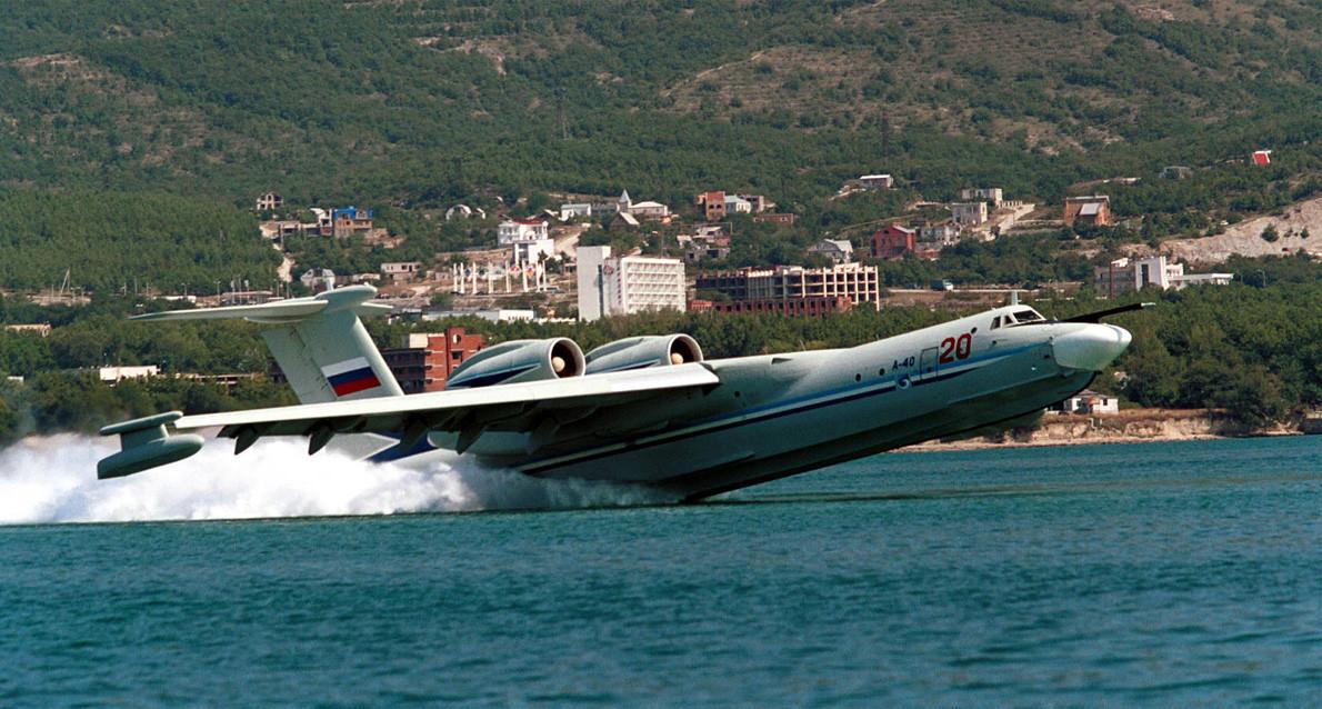 ゲレンジク、2000年 9 月 7日。 A-40「アルバトロス」対潜水艦主力水陸両用機が黒海の岸で行われたHydro-Air Show-2000で興業飛行を行う。