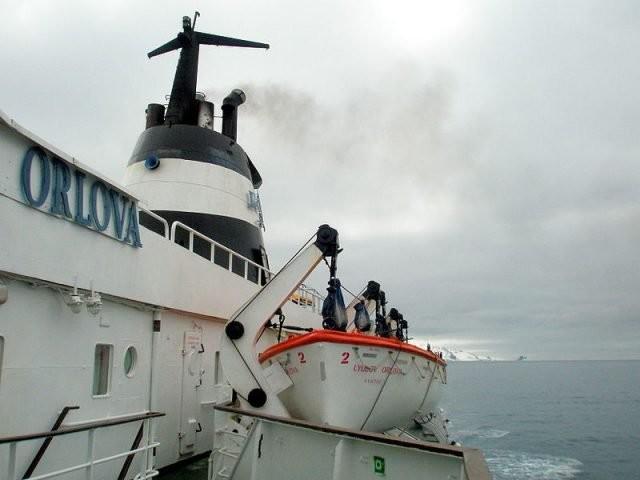 """""""Љубов Орлова"""" са чамцима за спасавање. Брод је имао дизел мотор са два цилиндра чији је ремонт извршила руска посада."""