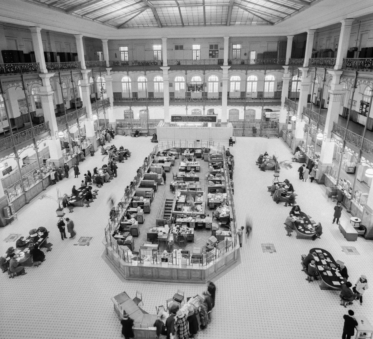 Vista del piso para clientes en la oficina central de Moscú, 1982.