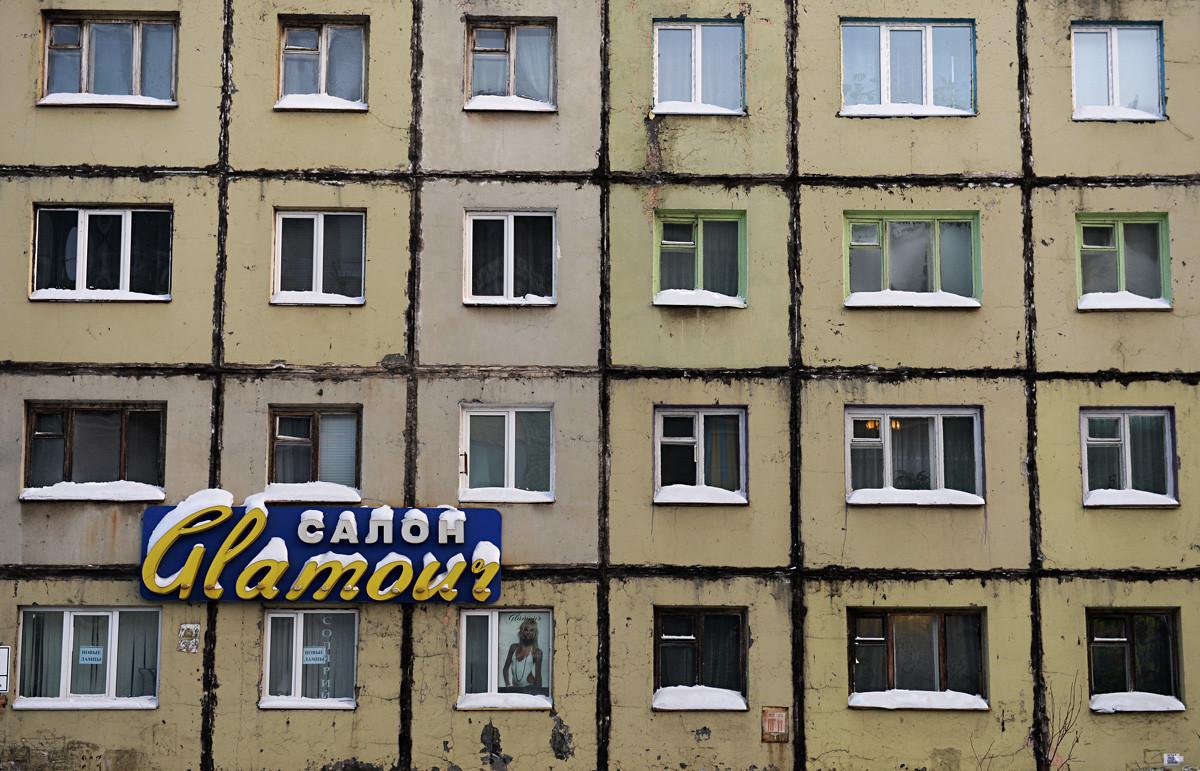 Penampakan bangunan di Talnakhskaya ulitsa di Norilsk.