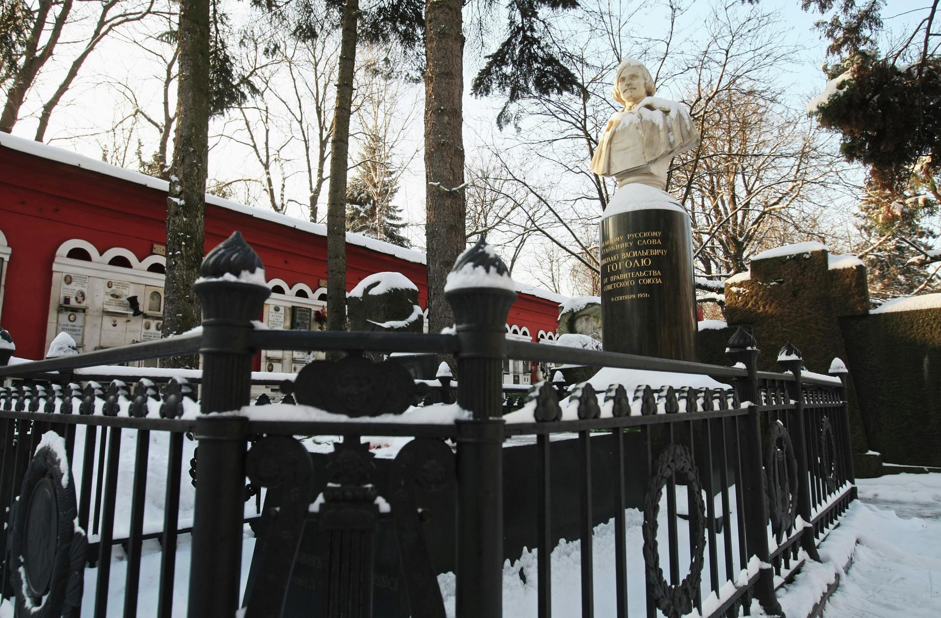 Nisan Nikolay Gogol di pemakaman Novodevichye, Moskow, Rusia.
