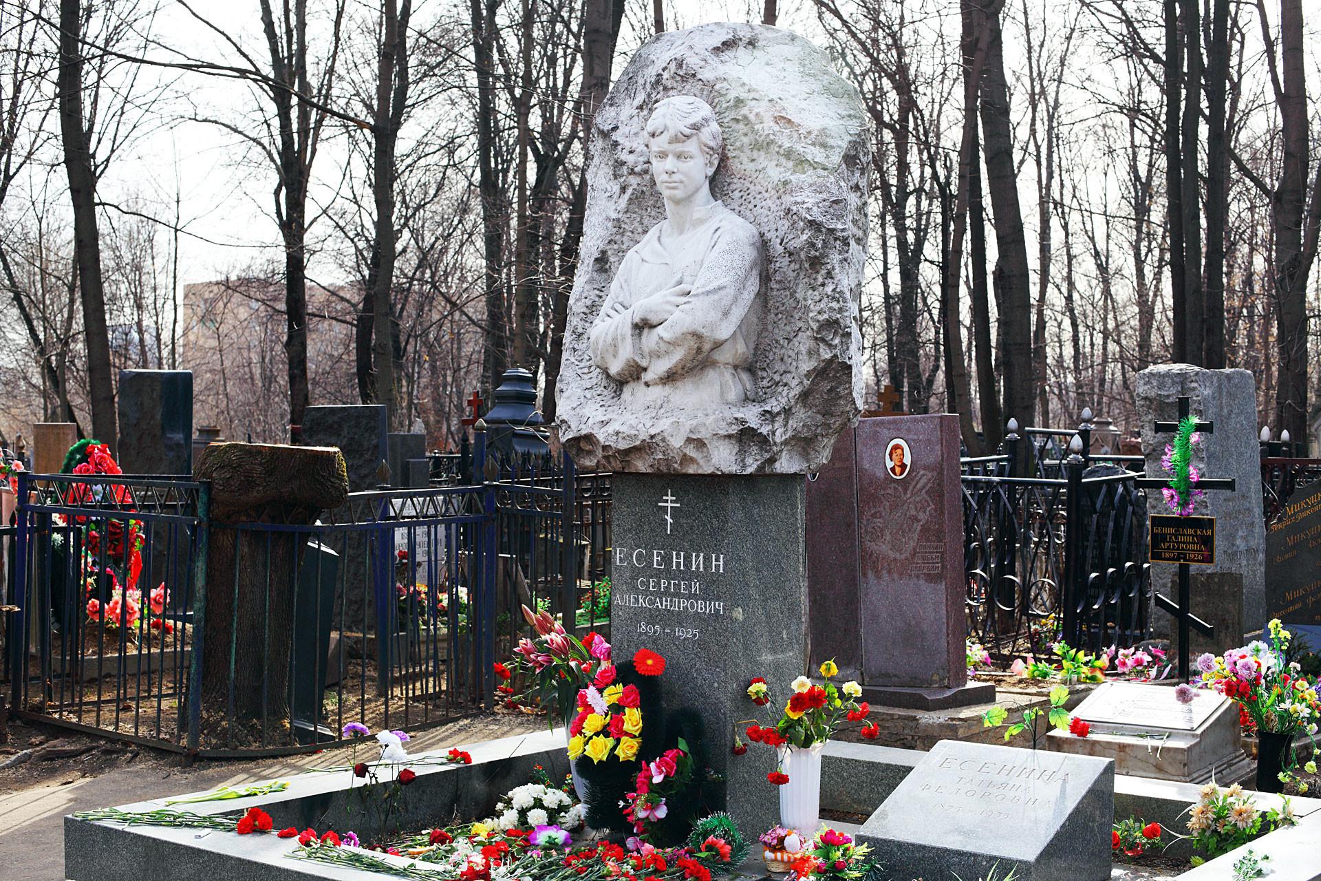 Nisan Sergey Yesenstein di pemakaman Vagankovskoye, Moskow, Rusia. Salib hitam dengan karangan bunga hijau dan ungu di sisi kiri ada di makam Galina Benislavskaya.