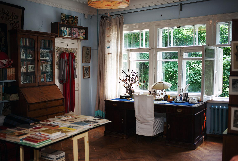 Sebuah ruangan tempat penulis Korney Chukovsky tinggal di rumah memorialnya di Peredelkino.