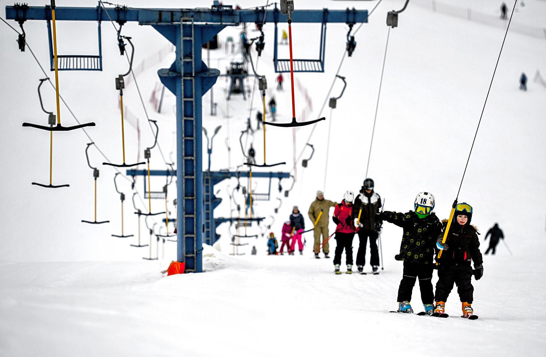 Anak-anak menggunakan lift ski di Taman Olahraga Volen (Yahroma) dekat Moskow.